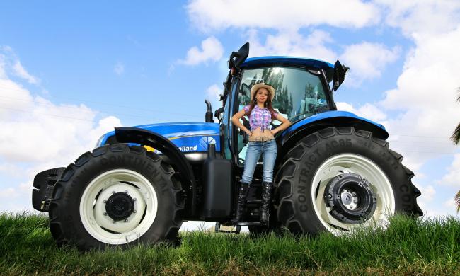 Обои картинки фото техника, тракторы, девица, трактор