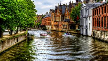 Картинка города брюгге+ бельгия канал моторные лодки мост