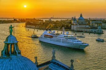 Картинка италия корабли лайнеры здания скульптуры крыши водоем солнце