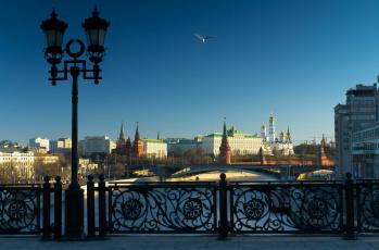 обоя москва, города, москва , россия, фонарь, кремль, птица, здания, водоем, мост