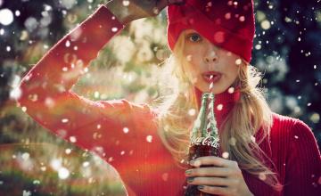 обоя бренды, coca-cola, девушка, блондинка, бутылка, напиток, шапка, свитер, снег, кока-кола
