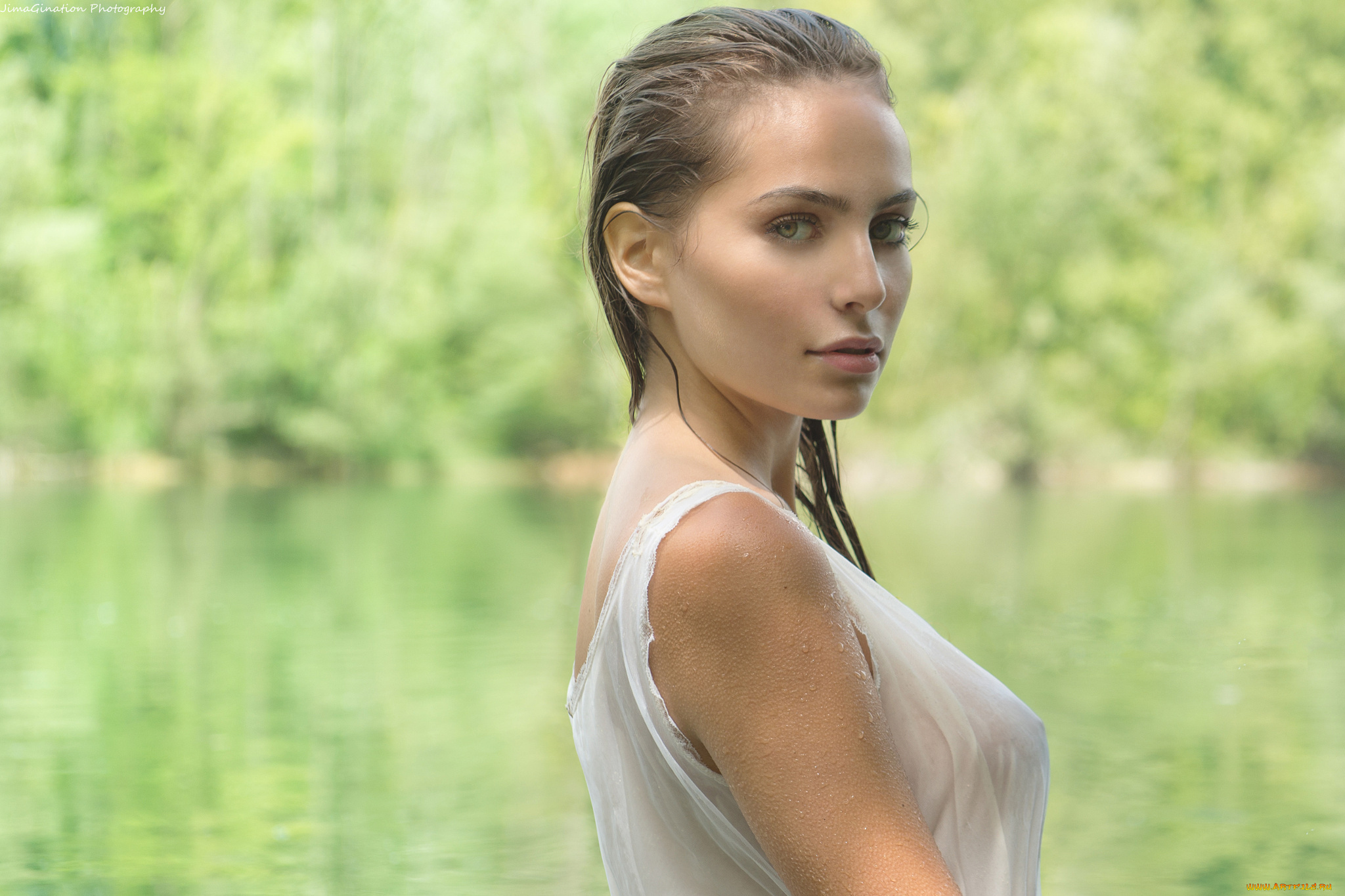 Привлекательная брюнетка шалит на речке красиво и мило  541452