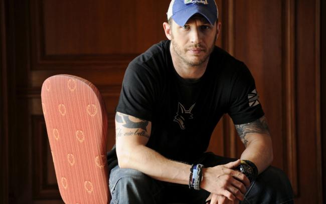 Обои картинки фото мужчины, tom hardy, татуировки, футболка, кепка, том, харди