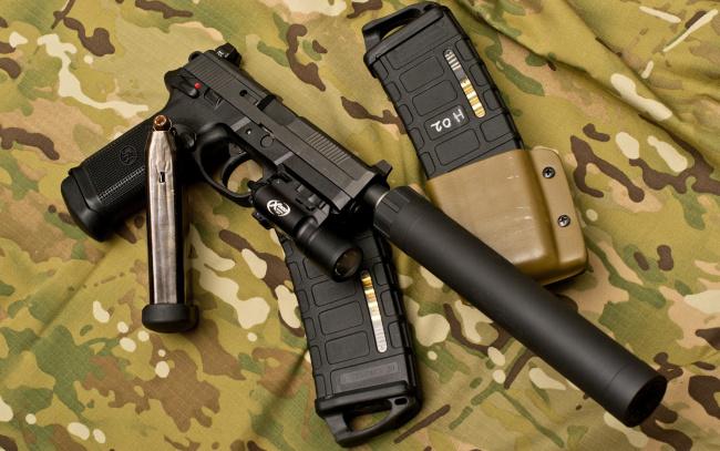Обои картинки фото оружие, пистолеты с глушителемглушители, глушитель, фонарик, пистолет, камуфляж