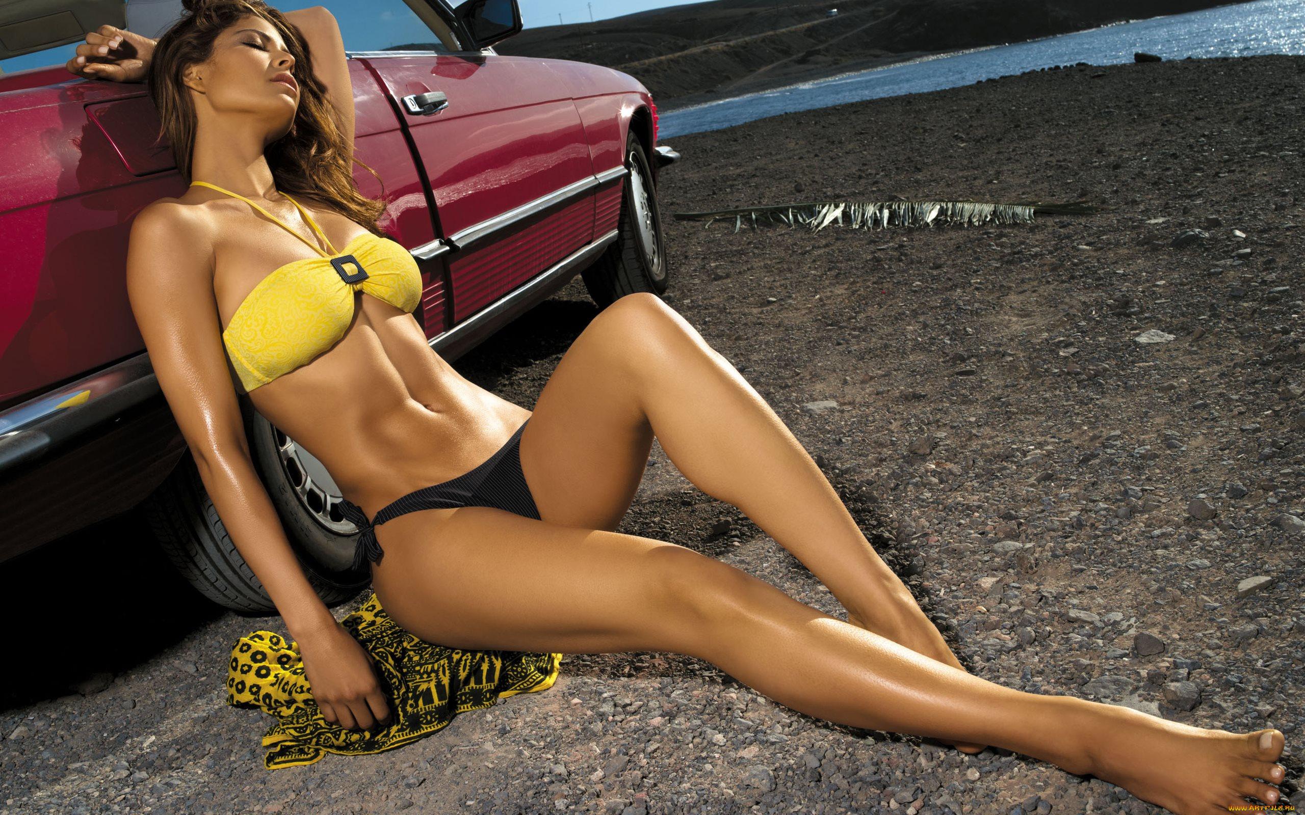 сюжеты все фото девушек в купальниках около машины так она