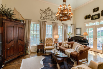 Картинка интерьер гостиная диван шкаф кресло окна люстра