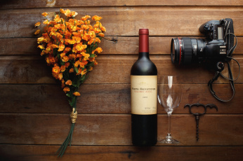 обоя бренды, бренды напитков , разное, штопор, вино, бокал, фотоаппарат, натюрморт, цветы, бутылка
