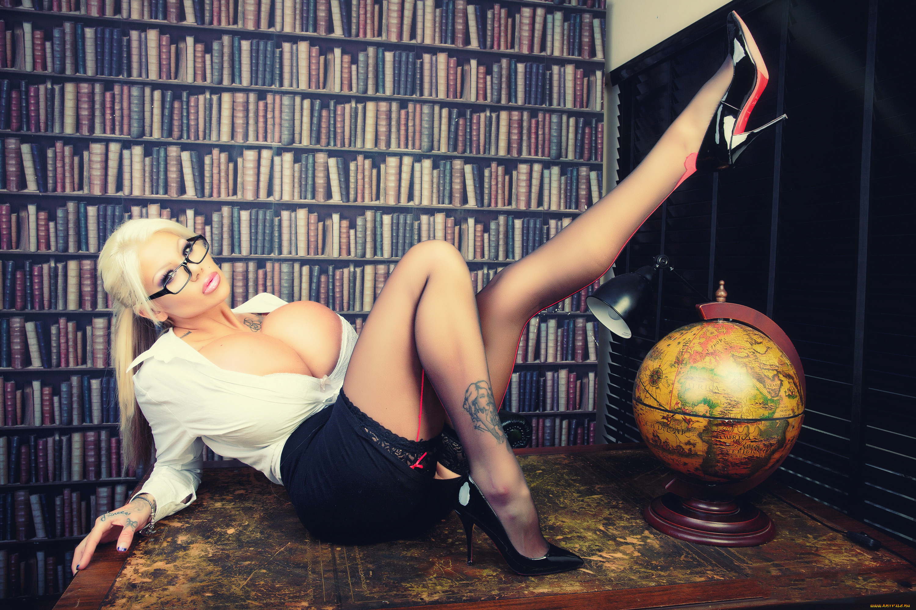 Blonde with giant boobies Candy Charms shows her sweet tattoos № 829563 бесплатно