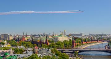 обоя города, москва , россия, москва-река, самолёты, кремлёвская, набережная, мост, москва, 9, мая, река, кремль, панорама, большой, каменный