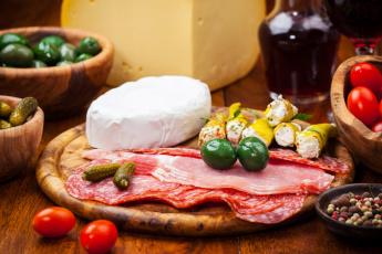 Картинка еда разное помидоры перец балык ветчина колбаса огурчики мясо оливки вино огурцы сыр