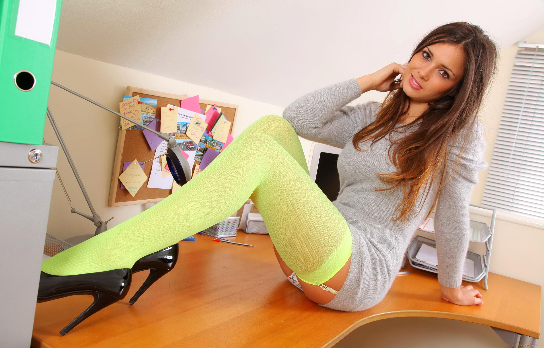 девушка в зеленых чулках большими сиськами