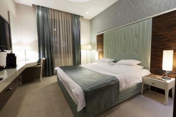 Картинка интерьер спальня кровать лампа шторы