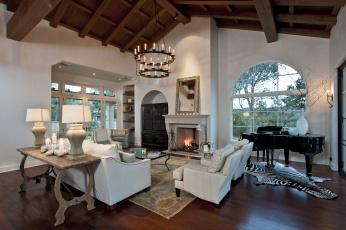 Картинка интерьер гостиная люстра камин диван рояль дизайн