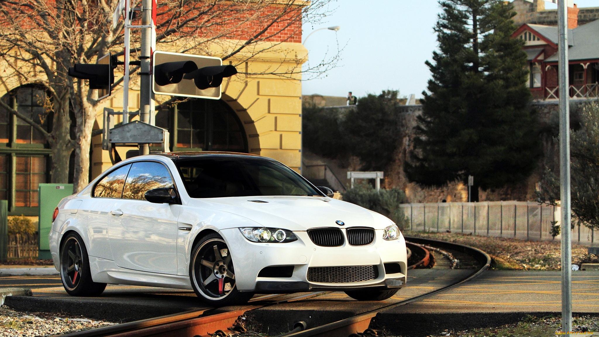 белый спортивный автомобиль bmw m3 e92  № 1015563 загрузить