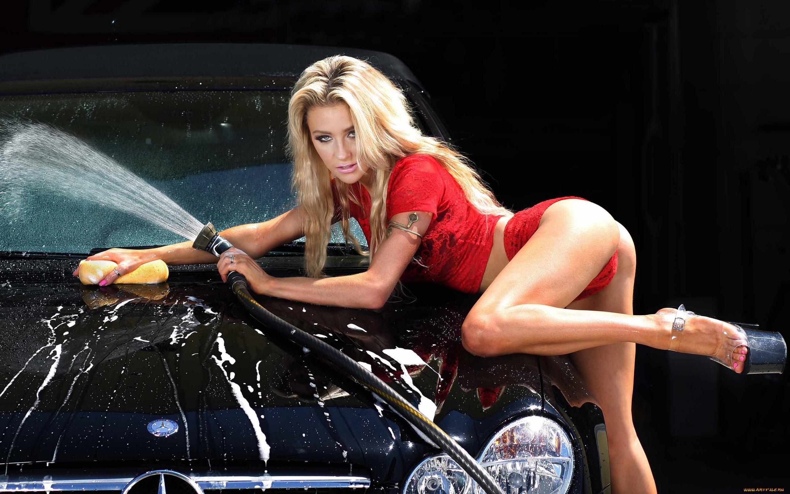 молодые девушка моет авто теперь более