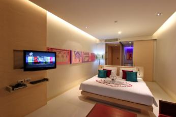 Картинка интерьер спальня телевизор кровать подушки картины