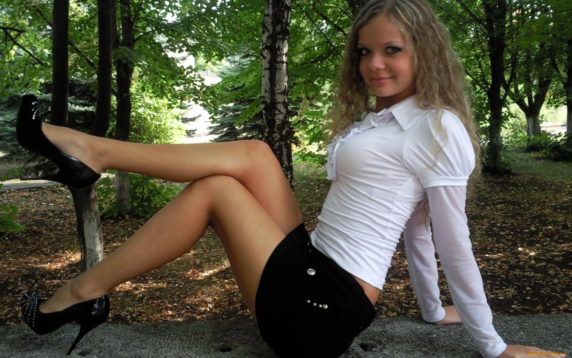 Шикарные девушки в мини юбках в контакте вудмана где телки