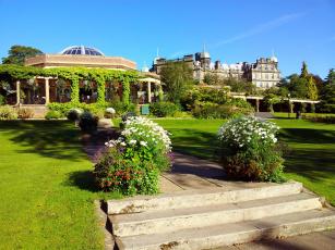обоя города, - панорамы, павильон, лужайка, клумбы, цветы
