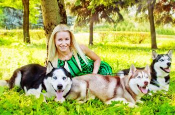 обоя девушки, -unsort , блондинки,  светловолосые, хаски, взгляд, девушка, лес, блондинка, собаки