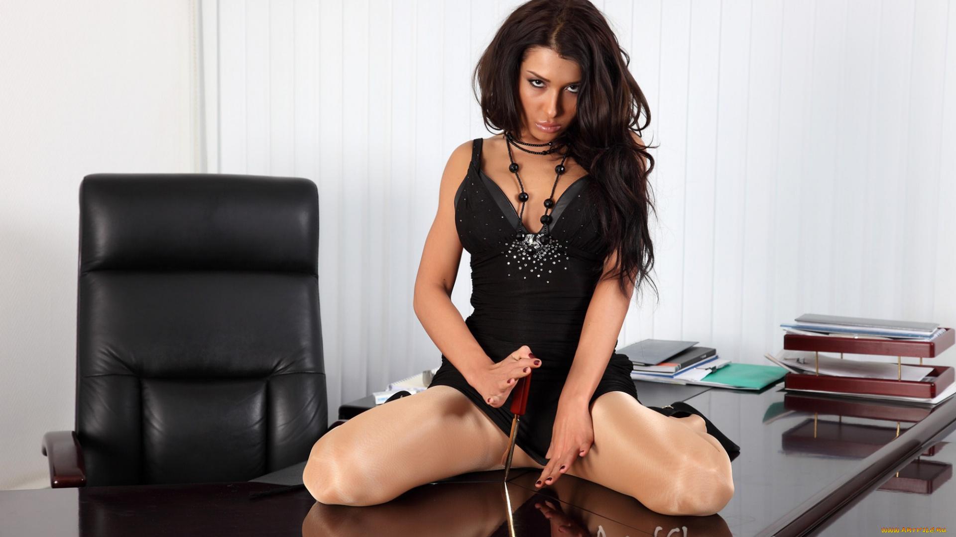 Брюнетка Угождает Строгому Боссу Отменным Сексом В Офисе