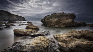 Картинка природа побережье камни скалы океан сумрак тучи
