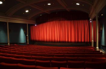 Картинка интерьер театральные концертные кинозалы сидения красный занавес