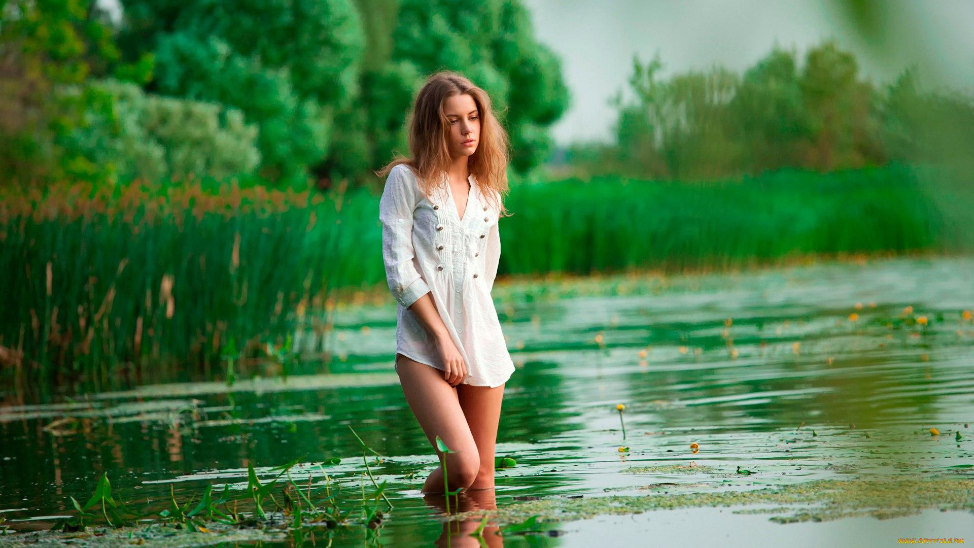 Перевозбужденная голая женщина возле речки  256681