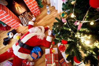 обоя праздничные, дед мороз,  санта клаус, усталый, лежащий, санта, камин, подарки, елка