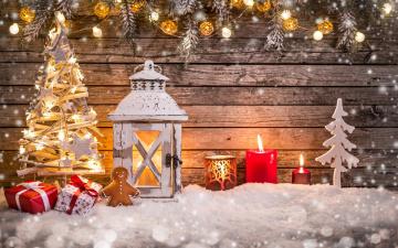 обоя праздничные, новогодние свечи, снег, стена, ёлка, фигурки, свечи, фонарь, пряник, подарки, коробки