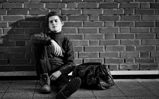 Обои картинки фото мужчины, jensen ackles, поза, свитер