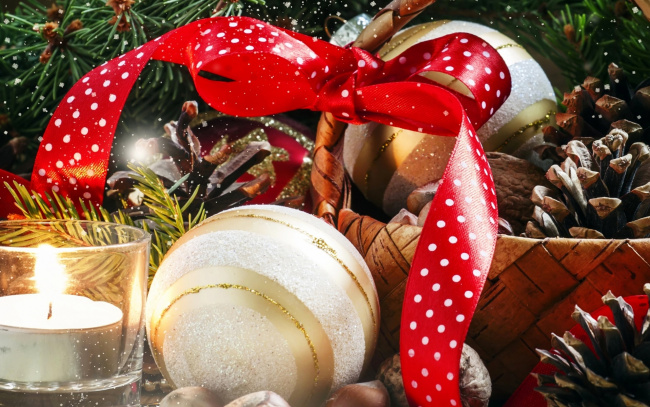 Обои картинки фото праздничные, шары, стакан, свеча, шишки, шарики, ёлка, орехи, бант, корзина