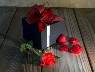 Картинка праздничные подарки+и+коробочки подарок бант розы сердечки конфеты
