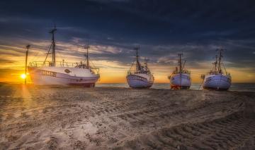 обоя корабли, баркасы ,  буксиры, пляж, побережье, рассвет