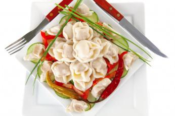 Картинка еда пельмени манты вареники огурцы обед нож вилка тарелка лук перец