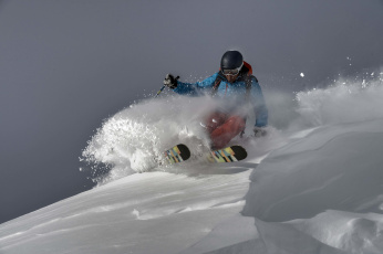 обоя спорт, лыжный спорт, очки, шлем, лыжи, снег, зима, гора, лыжник, небо, сумки
