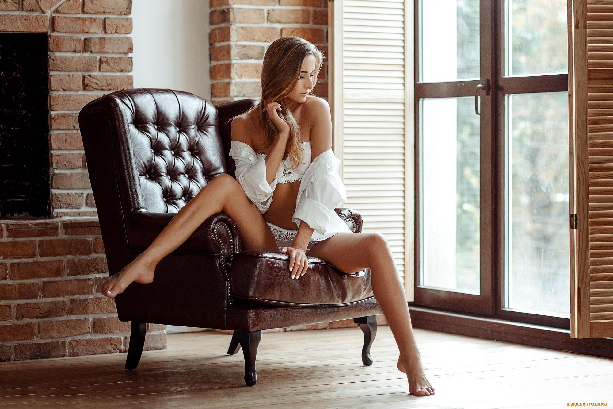 женщины на стуле показывают ножки