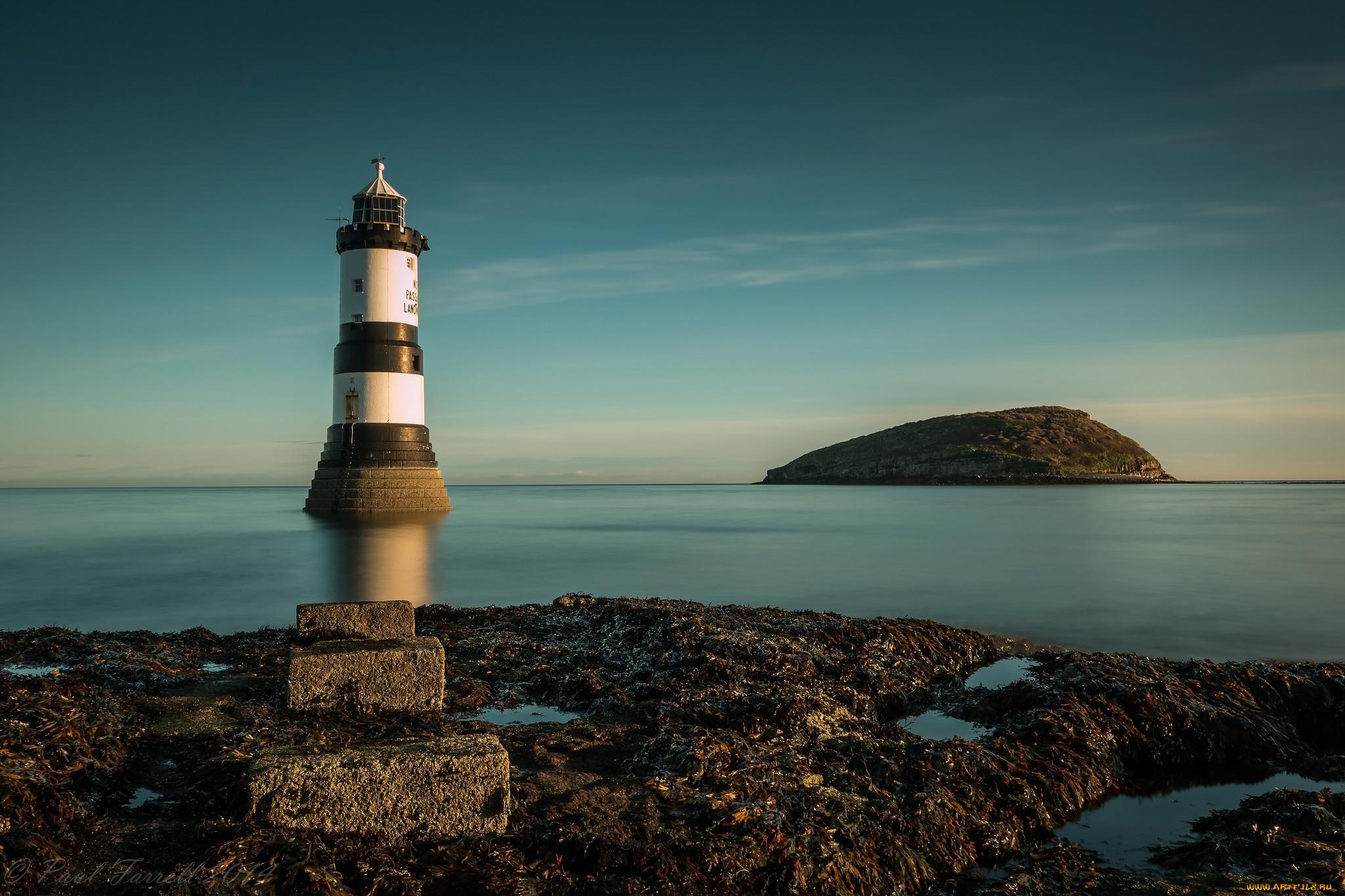 маяк в океане фото менее