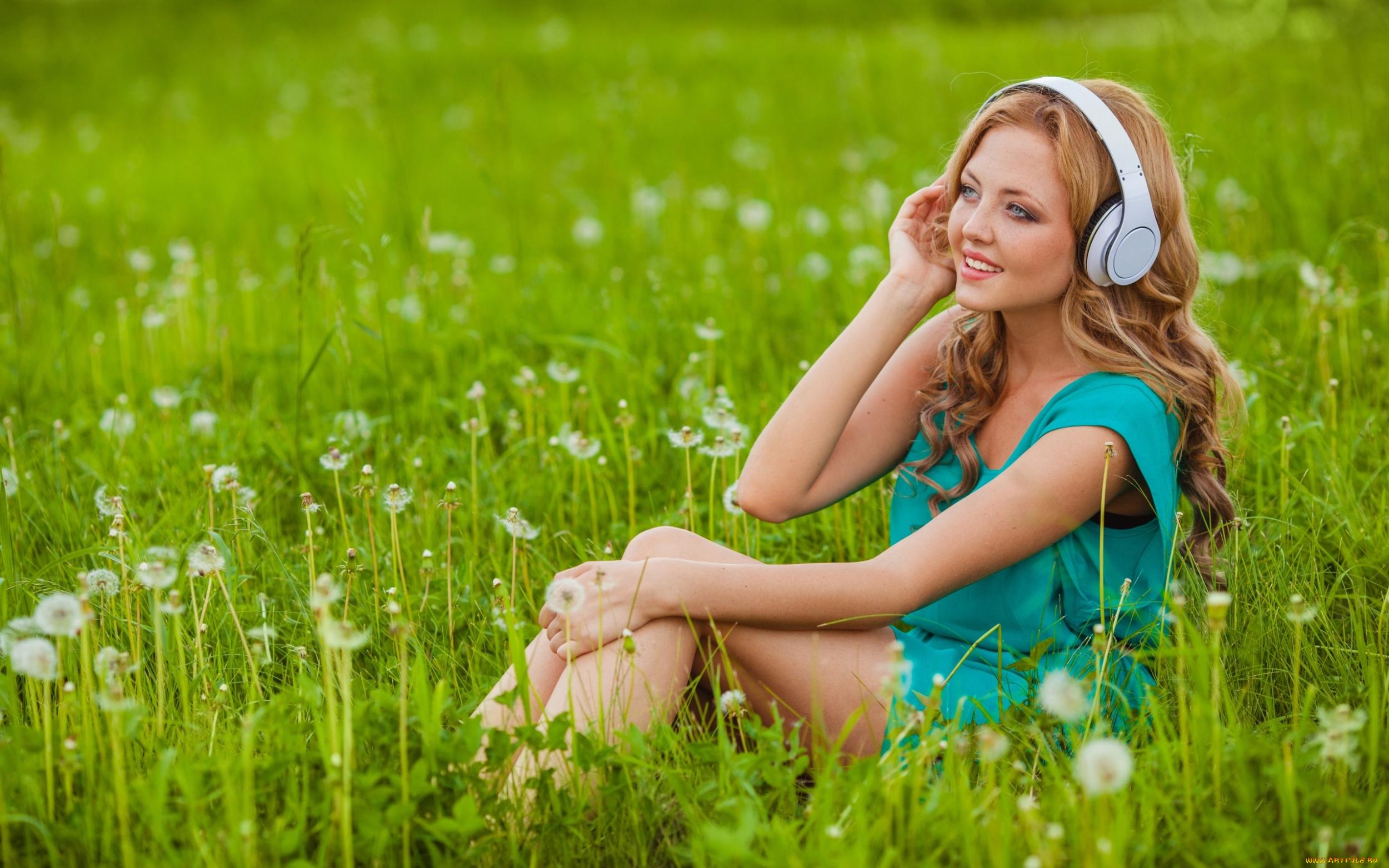 Девушка в траве  № 559768 без смс