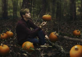 Картинка мужчины -+unsort тыквы парень сидит лес