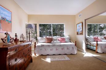 Картинка интерьер спальня кровать ковер