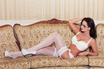 Картинка девушки -unsort+ брюнетки +шатенки очки каблуки бюстгальтер грудь туфли диван ножки бельё lingerie чулки