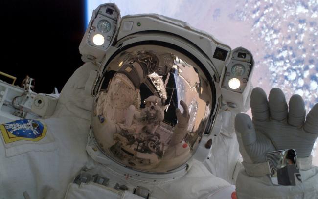 Обои картинки фото космос, астронавты, космонавты, космонавт, отражение, шлем, планета