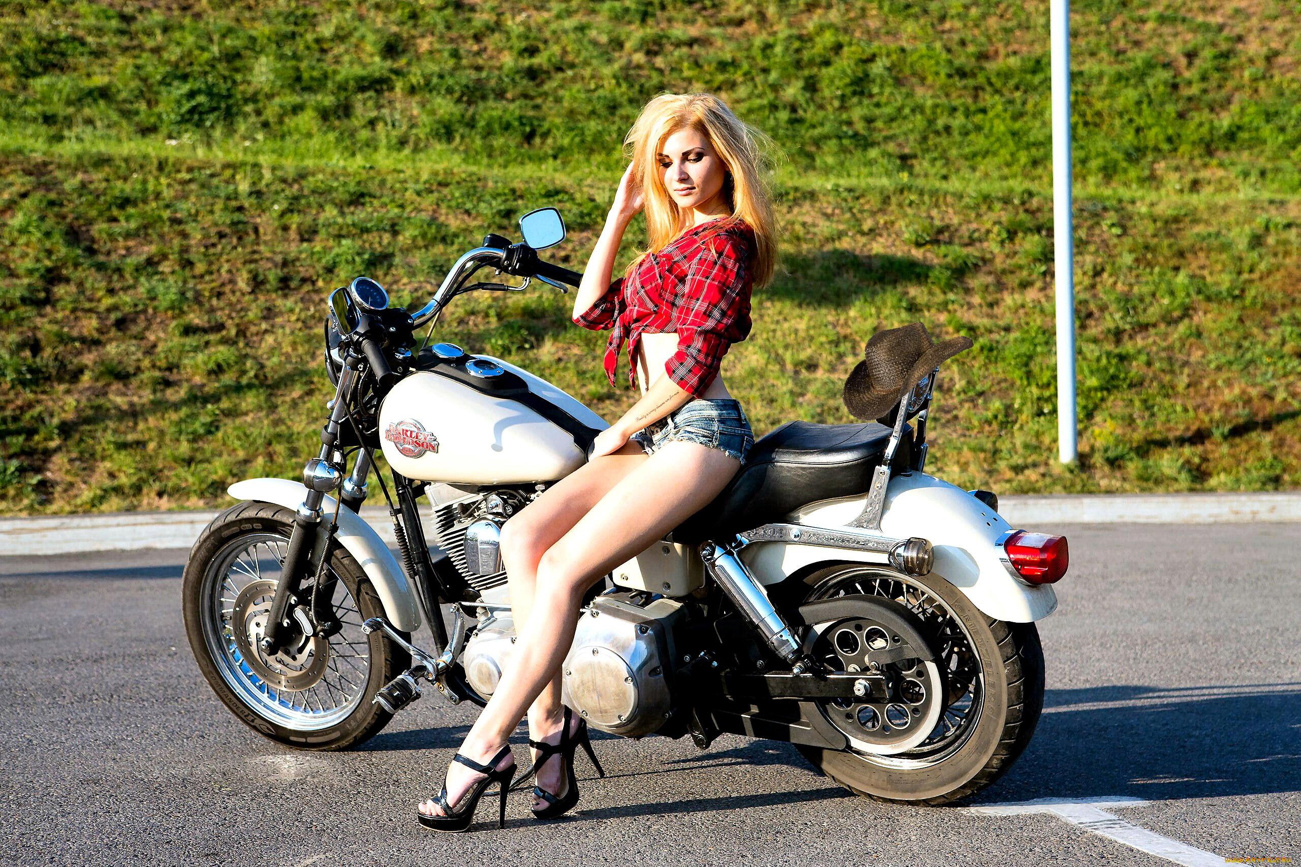 Девушки на каблуках и на мотоцикле