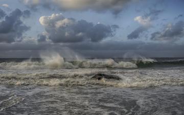 Картинка природа моря океаны камень берег горизонт облака небо брызги пена прибой волны