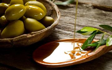Картинка еда оливки масло струя ложка деревянная