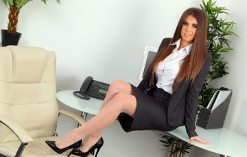 обоя девушки, sarah macdonald , sarah james, офис, жакет, юбка, рубашка, костюм, улыбка, сара, макдональд, кресло, каблуки, стол