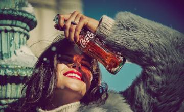 обоя бренды, coca-cola, девушка, кока-кола, шуба, напиток, бутылка, улыбка