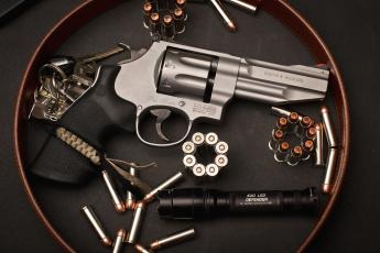 Картинка оружие револьверы пули фонарик ключи револьвер
