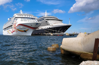 Картинка norwegian+sun++queen+victoria корабли лайнеры круиз лайнер причал порт