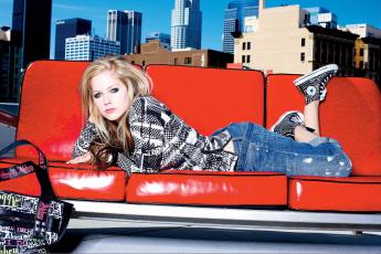обоя музыка, avril lavigne, аврил, лавин, блондинка, певица, кофта, джинсы, кеды, сумка, диван, окно, город